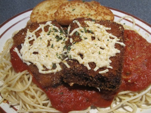 Crispy fried chiggen covered with marinara, melted (vegan) mozzarella cheese and  (vegan) parmesan, over spaghetti noodles.  Served with garlic bread.